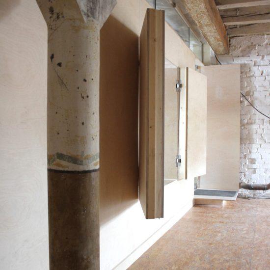 Fenster raumbildenen Möbel auf der Etage der Feinkost