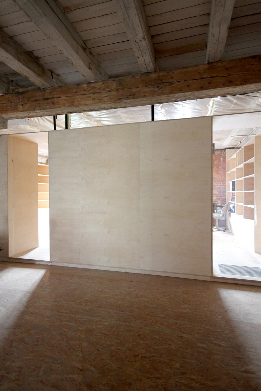 Detail raumbildenen Möbel auf der Etage der Feinkost